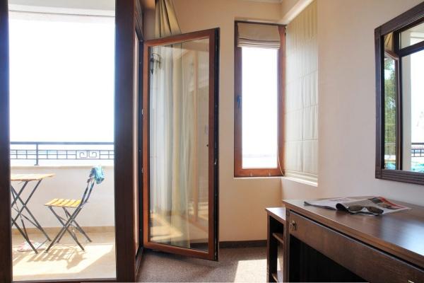 Selena_hotel_room3