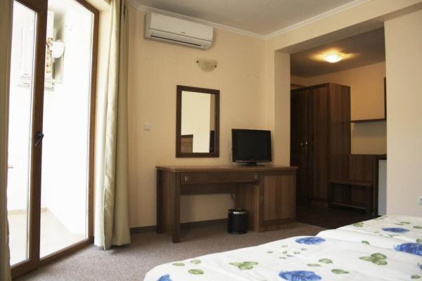 Selena_hotel_room4